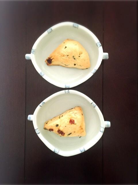 チーズスコーン バジルとドライトマト   両耳付だ円皿・小